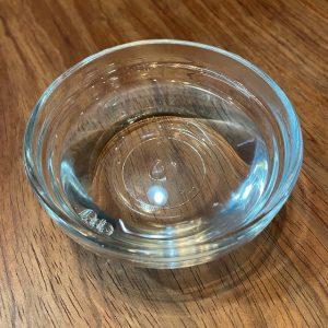 ぬるま湯と中性洗剤が入った容器